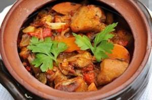 Tocană bulgărească de legume și carne (Kavarma)